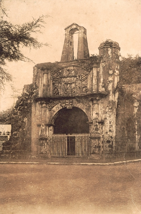 La Porta de Santiago in the 1900s. It remains thanks to Sir Stamford Raffles, who halted the British troops' destruction of the Portuguese Wall, during a brief interregnum between 1795 - 1818 when Britain ruled Malacca for the first time.